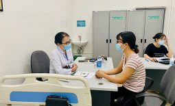 Bác sĩ Lê Phương khám cho người bệnh