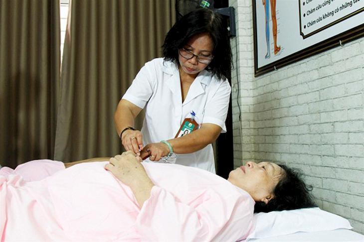 Bác sĩ Doãn Hồng Phương và buổi trị liệu cho bệnh nhân