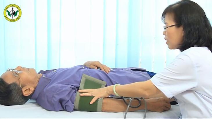Bệnh nhân luôn được thăm khám, đo huyết áp kỹ càng trước khi thực hiện trị liệu