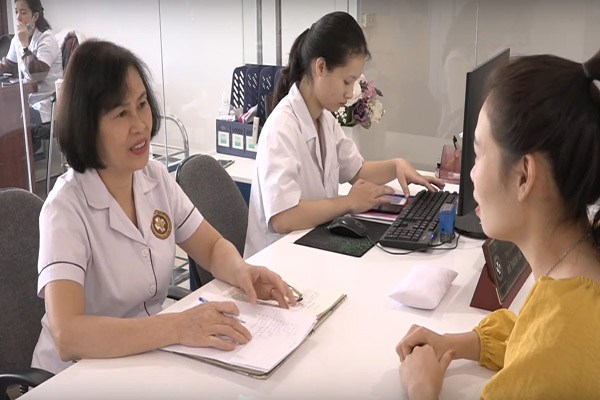 Luôn đón tiếp người bệnh với nụ cười trên môi, bác sĩ Hà khiến cho người bệnh cảm thấy yên tâm, thoải mái mỗi khi thăm khám