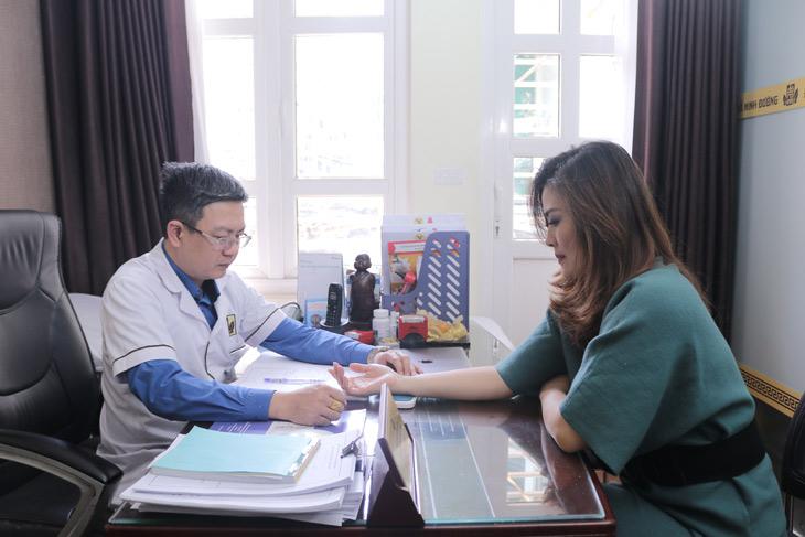Lương y Đỗ Minh Tuấn thăm khám và tư vấn bệnh cho diễn viên Hoa Thúy bị viêm xoang mạn tính