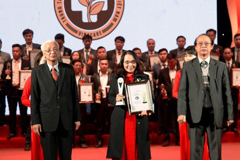 Bác sĩ Lê Phương - Giám đốc chuyên môn của trung tâm nhận giải