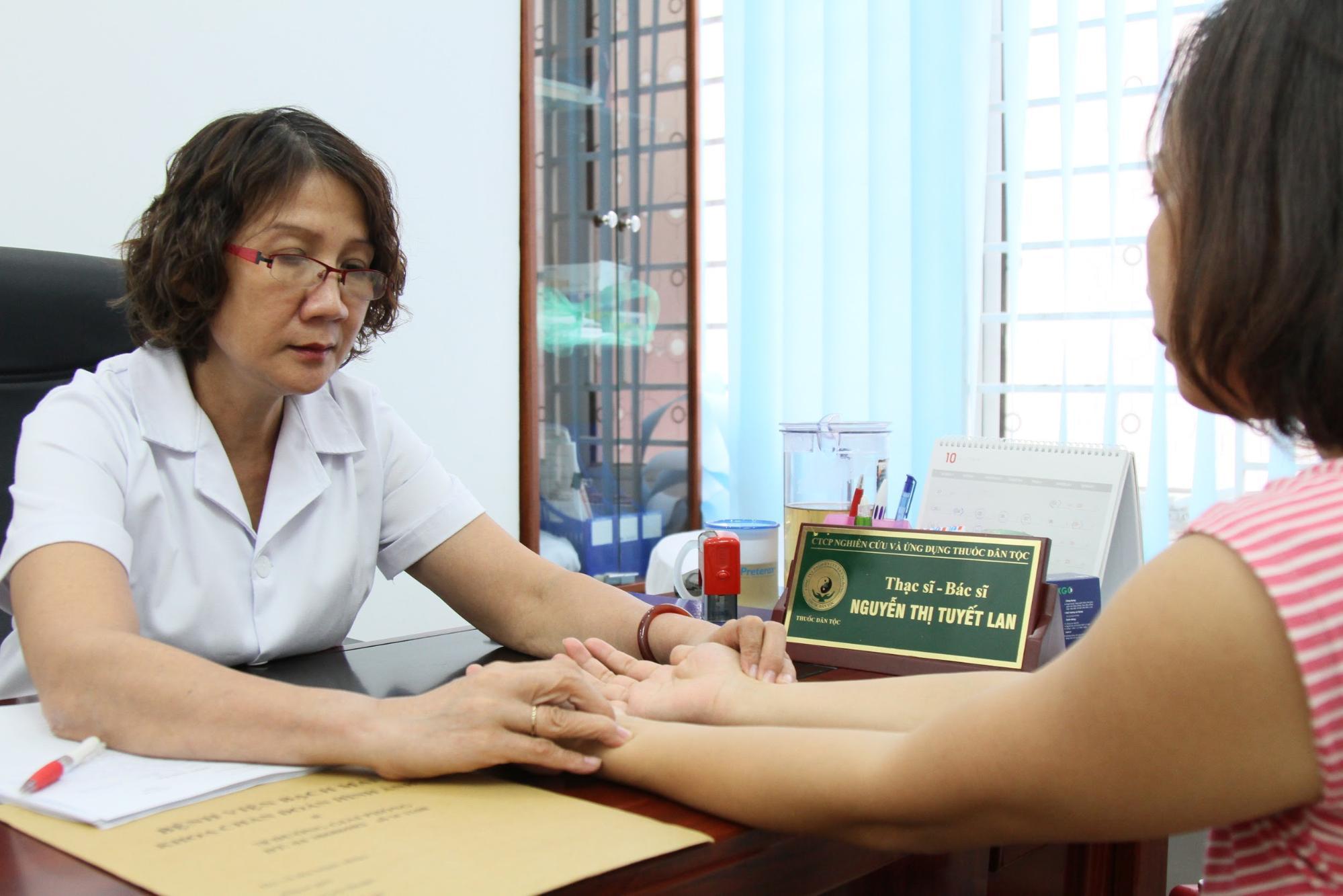 Bác sĩ Nguyễn Thị Tuyết Lan khám cho bệnh nhân