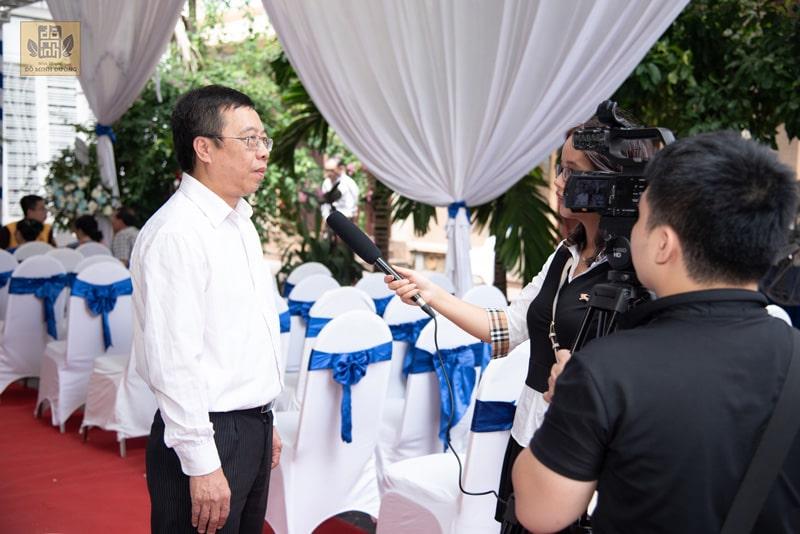 Bác sĩ Lê Hữu Tuấn trả lời phòng viên
