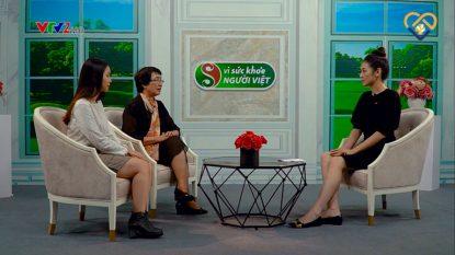 Bác sĩ Nhuần trò chuyện cùng MC và khách mời trong chương trình