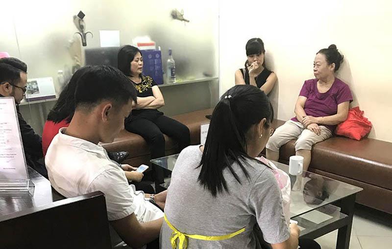 Các bệnh nhân chờ khám tại Trung tâm Thừa kế và ứng dụng Đông y Việt Nam