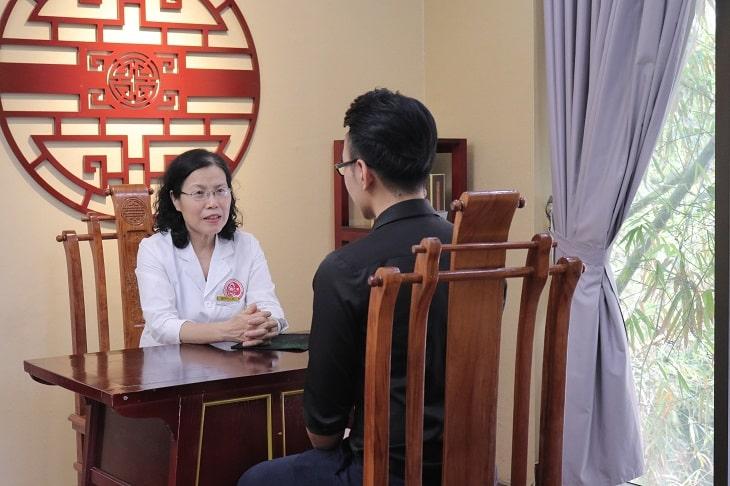 Bệnh nhân được thăm khám trực tiếp 1 - 1 với các bác sĩ chuyên khoa
