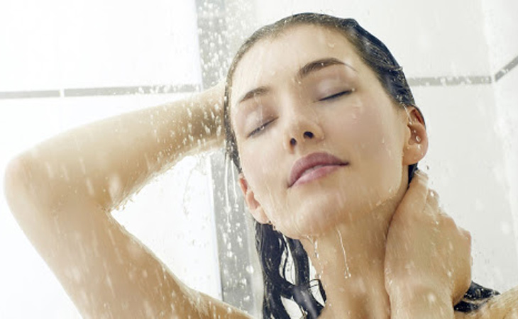 Tắm rửa thường xuyên là biện pháp phòng chống bệnh viêm da hiệu quả