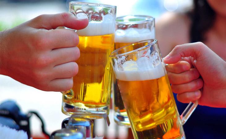 Khi bị bệnh bạn không nên sử dụng các chất kích thích như bia, thuốc lá