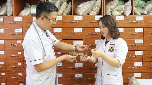 Bác sĩ Hằng cùng Lương y Đỗ Minh Tuấn nghiên cứu và phát triển bài thuốc