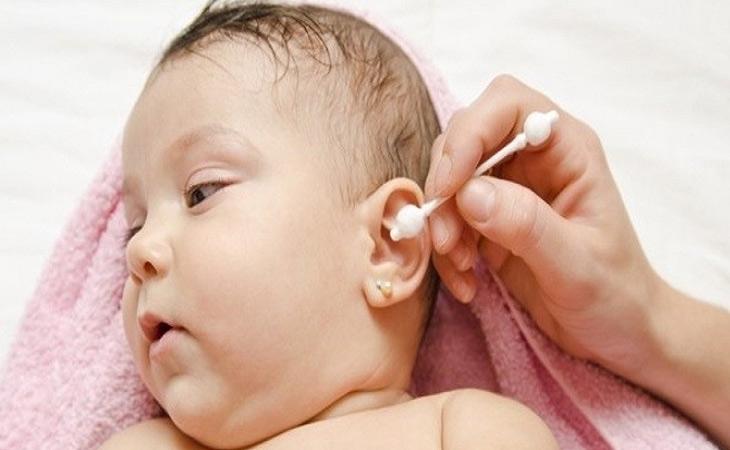 Thường xuyên vệ sinh tai sạch sẽ cho trẻ