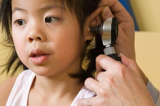 Trẻ em là đối tượng dễ mắc bệnh viêm tai giữa thanh dịch