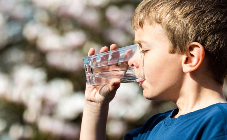 Uống nhiều nước mỗi ngày là một trong những biện pháp phòng chống hữu hiệu