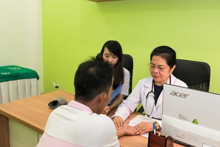 bác sĩ aBác sĩ Huỳnh Thị Nhung nổi tiếng với những bài thuốc trị xương khớp, viêm họngđông y