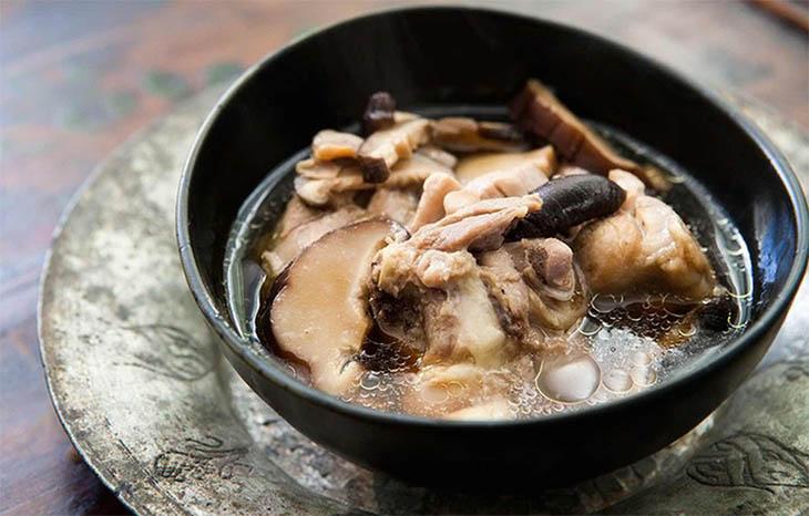 Canh thịt gà nấu nấm hương tốt cho bệnh nhân viêm tai giữa