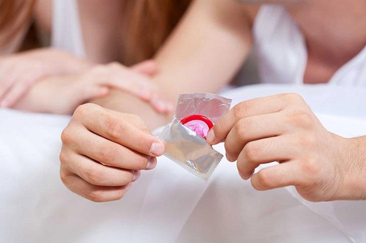 Dùng bao cao su sẽ giúp giảm kích thích và ma sát, kéo dài thời gian quan hệ