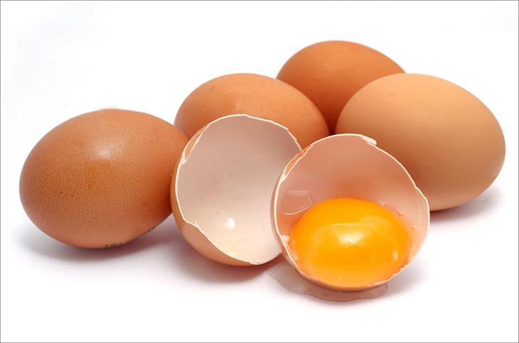 Trẻ bị viêm da dị ứng kiêng ăn gì? Trứng là thực phẩm cần hạn chế