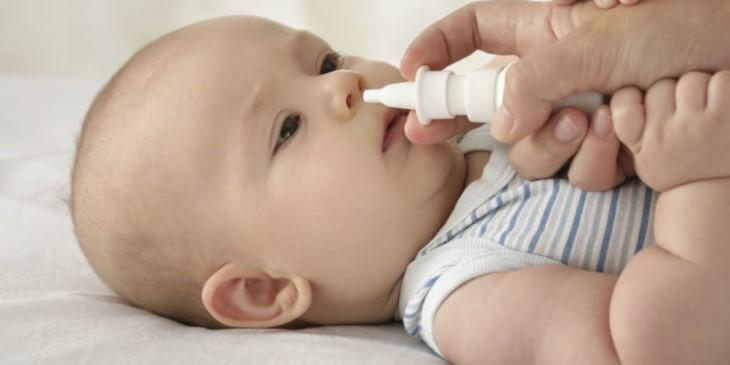 Trẻ bị viêm tai giữa có nên rửa mũi? - Nên rửa mũi bằng nước muối sinh lý