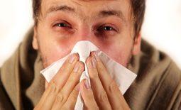 Người bệnh thường xuyên hắt hơi, chảy dịch mũi, có thêm cảm giác đau đầu