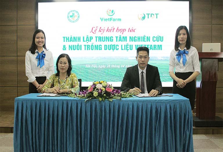 Đại diện hai bên đặt bút ký kết thành lập Trung tâm Dược liệu Vietfarm