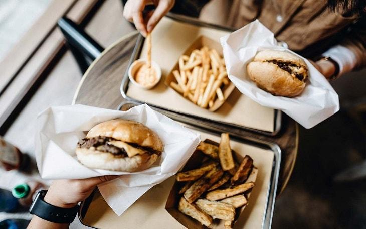 Việc sử dụng thường xuyên các đồ ăn nhanh ở hàng ăn có thể dẫn đến yếu sinh lý
