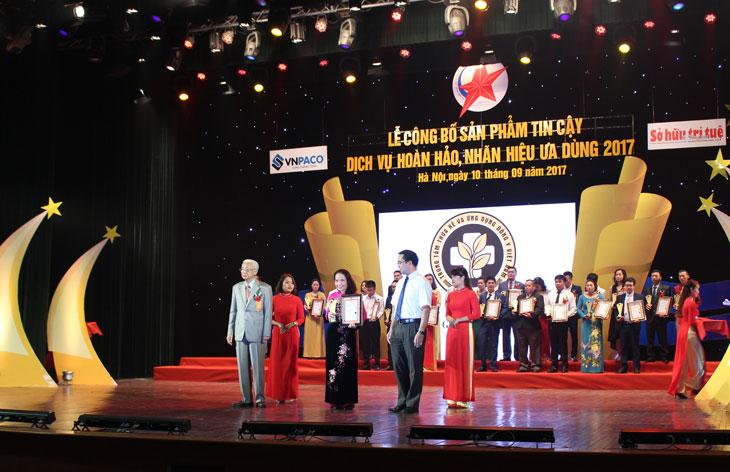 Bác sĩ Lê Phương đại diện Trung tâm lên nhận giải