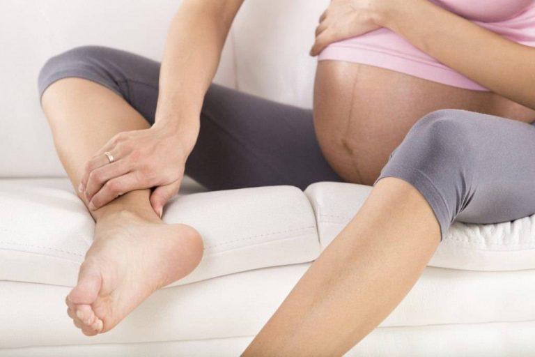 Đau mỏi cơ thể là một trong những nguyên nhân khiến mẹ bầu mất ngủ 3 tháng đầu