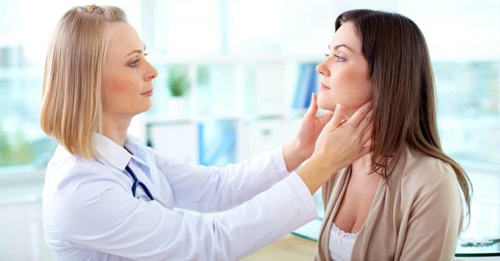 Bác sĩ khám da nhiễm độc corticoid