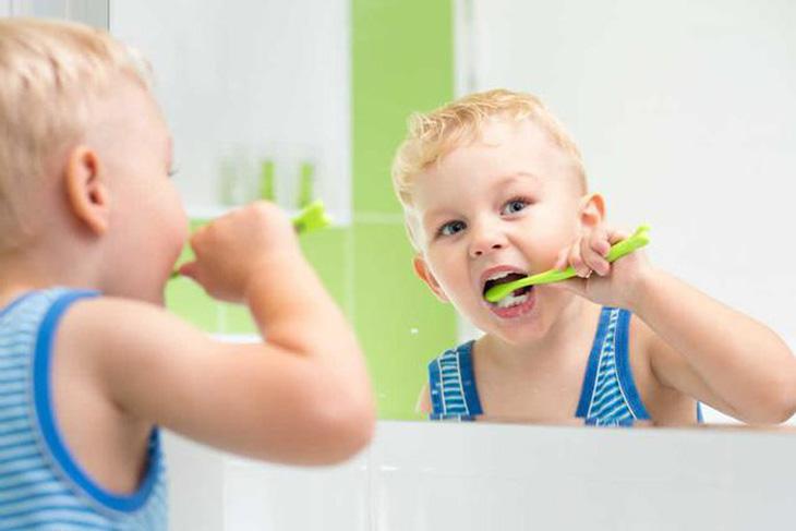 Vệ sinh khoang miệng cho bé thường xuyên
