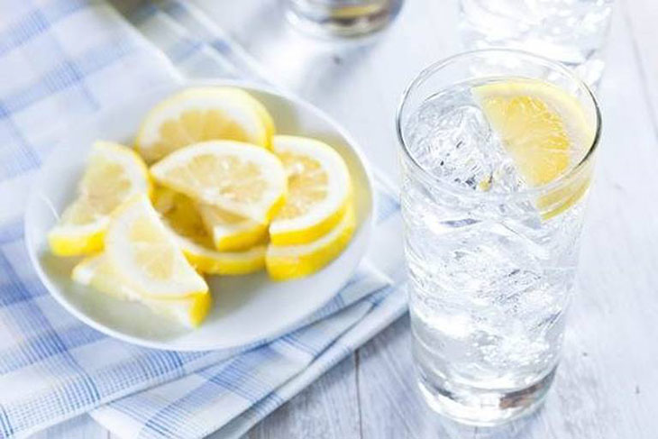 Hạn chế uống nước đá kéo dài dễ gây viêm họng