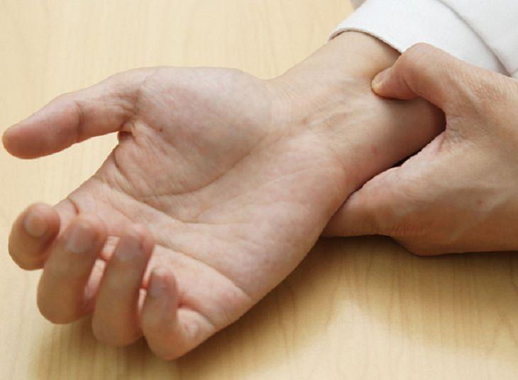 Cách bấm cổ tay chống xuất tinh sớm
