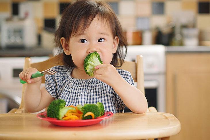 Cách chăm sóc trẻ bị viêm amidan - bổ sung nhiều rau xanh