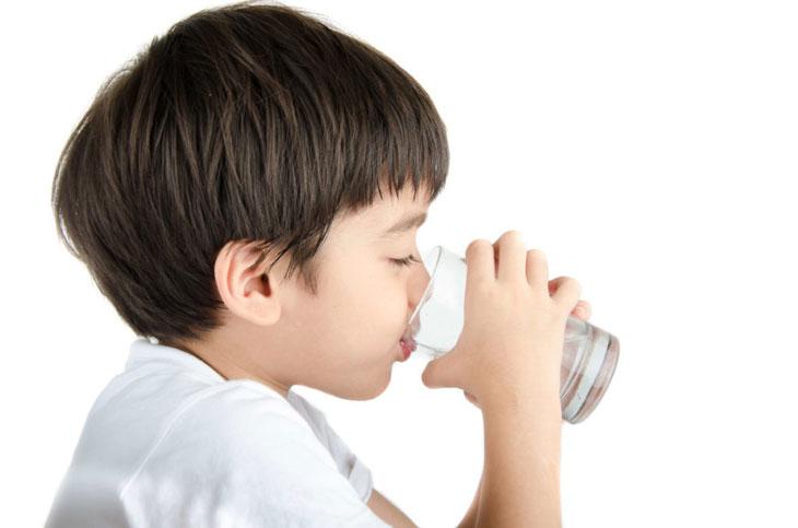 Trẻ cần chế độ ăn dinh dưỡng và bổ sung đầy đủ nước