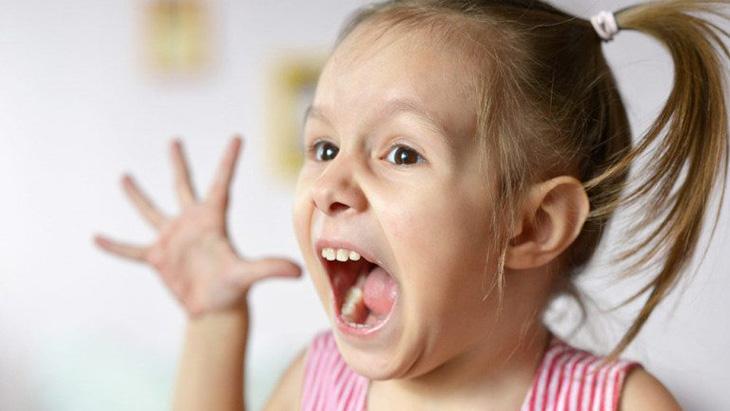 Cha mẹ nên dặn dò trẻ hạn chế nói to hay la hét