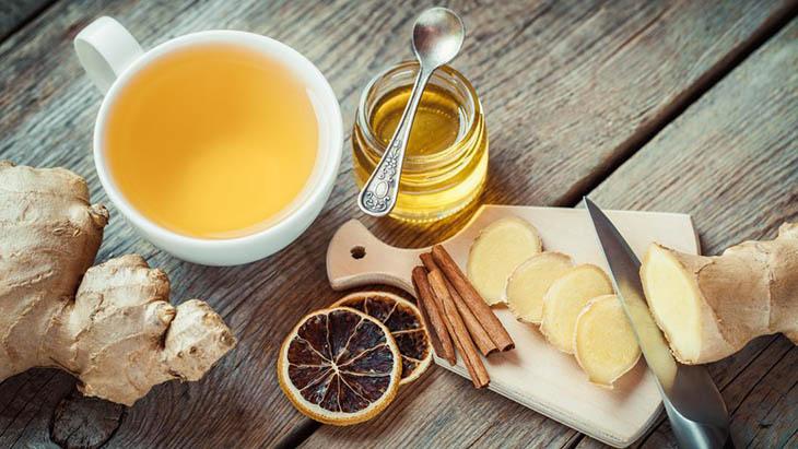 Mật ong cũng giúp giảm ho và đau rát cổ họng