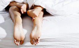 Quan hệ lần đầu ra máu có thai không?