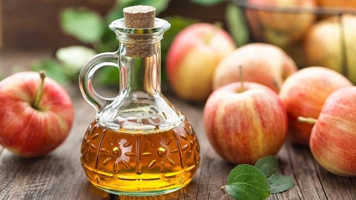 Lượng axit dịu nhẹ trong giấm táo là cách trị ngứa da mặt tại nhà phổ biến