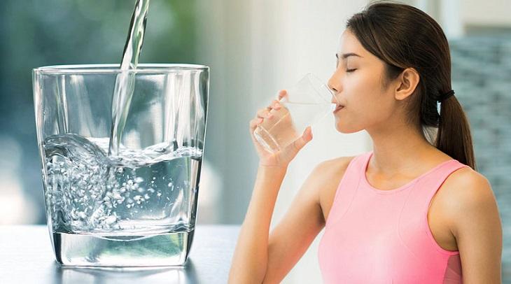 Thiếu nước khiến da mặt khô, bong tróc và gây ngứa ngáy