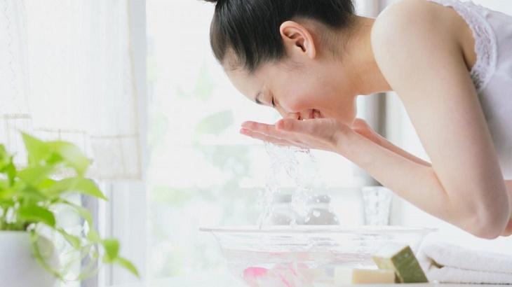 Nên rửa mặt thường xuyên để bảo vệ da