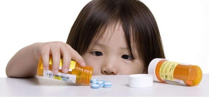 Điều trị nổi mề đay ở trẻ em bằng thuốc Tây có thể gây tác dụng phụ