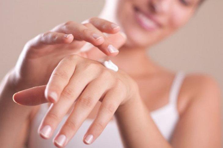 Thoa kem dưỡng ẩm hỗ trợ điều trị tay bị ngứa nổi mụn nước