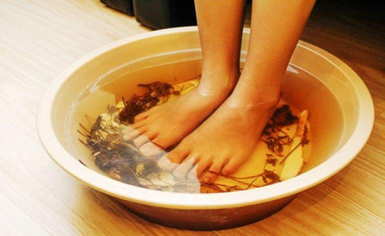 Ngâm chân trước khi đi ngủ giúp lưu thông khí huyết, cải thiện chất lượng giấc ngủ