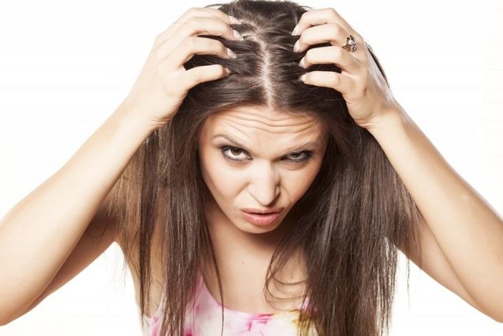 Ngứa da đầu có thể đi kèm một số triệu chứng khác, gây nhiều khó chịu cho người bệnh