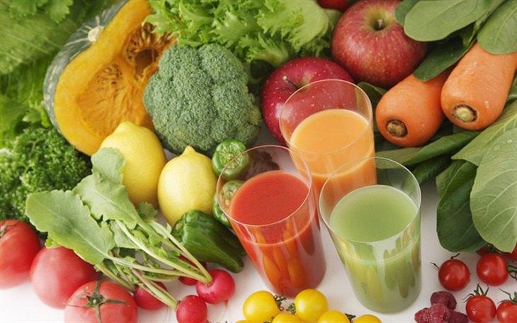 Người bị ngứa da đầu nên bổ sung nhiều nước, rau xanh và trái cây tươi vào thực đơn hàng ngày