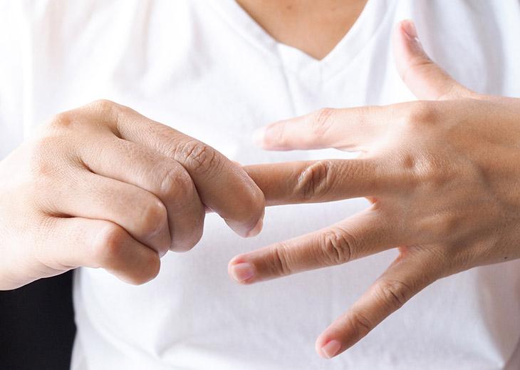 Ngứa đầu ngón tay ngón chân làm người bệnh khó chịu