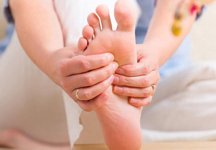 Phụ nữ mang thai thường bị ngứa lòng bàn tay và bàn chân