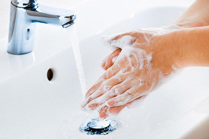 Vệ sinh tay chân sạch sẽ để hạn chế các nguyên nhân gây bệnh