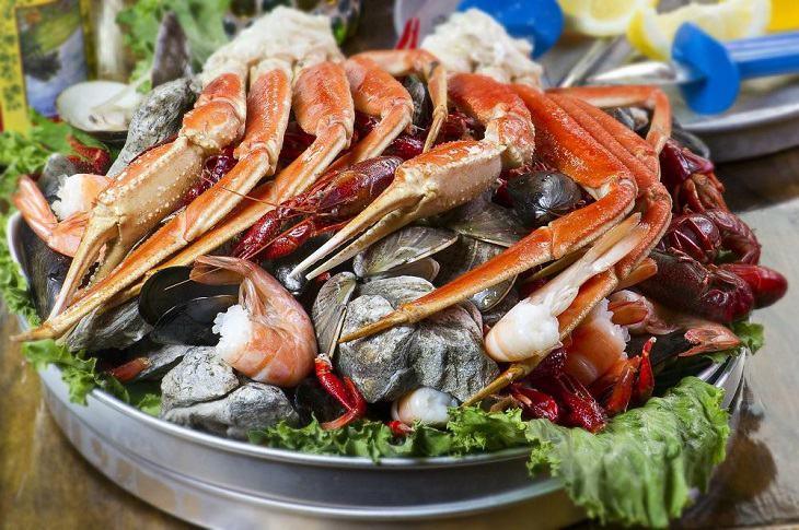Người bị ngứa bàn chân bàn tay nên tránh xa hải sản và các thực phẩm dễ gây dị ứng