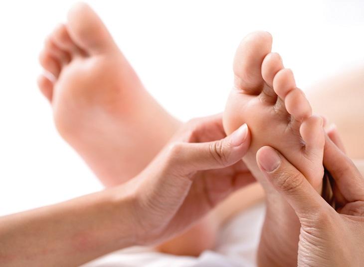 Ngứa lòng bàn chân bàn tay là bị làm sao?