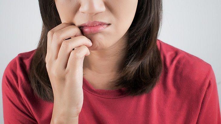 Môi bị chàm, ngứa gây nhiều phiền phức cho người bệnh đặc biệt là phụ nữ